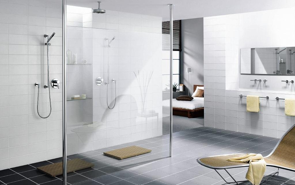 onderhoud aan een glazen douchewand tegels sanitair